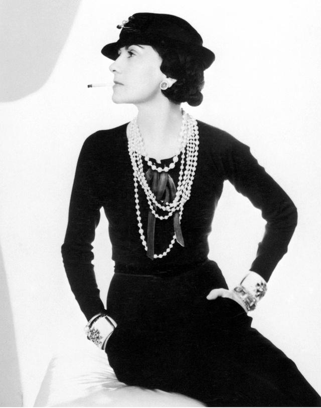"""""""Las mujeres necesitamos la belleza para que los hombres nos amen; y la estupidez, para que nosotras amemos a los hombres"""" Coco Chanel"""